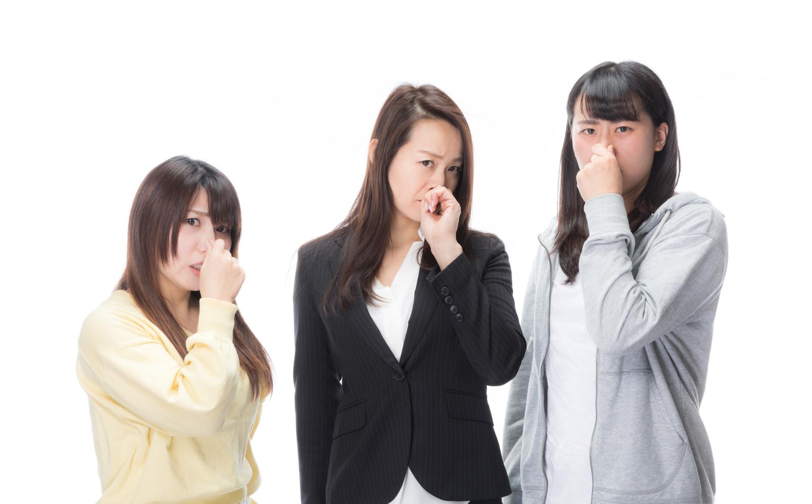 臭くて鼻をつまむ女性社員の画像